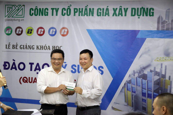 Học viên Nguyễn Tiến Đạt nhận phần thưởng từ khóa học Kỹ sư QS GXD